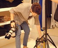 摄影师整理器材。