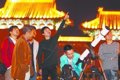 昨晚9时许,很多市民聚集到沈阳市北陵公园门前,有的人仰望天空,还有人用望远镜进行赏月,大家在一起有说有笑 记者 白琳 摄