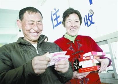 北镇市闾阳镇参合农民拿到报销的医疗费。 记者 孙福义摄(资料片)