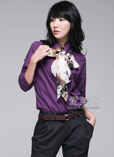 用围巾在衬衫领口处系上一个蝴蝶结增加甜美感