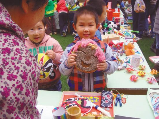 幼儿园中班手工艺品; 手工作品义卖4421元