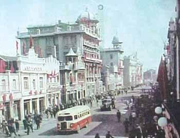 如今的中街已成为沈阳市第一条步行商业街,街道两旁店铺鳞次栉比,买卖