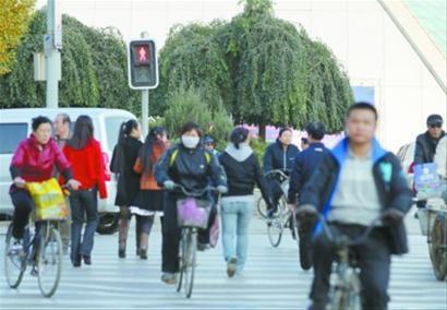 沈阳青年大街科学宫西侧的斑马线上,过马路的行人刚走到马路中央,信号灯已经变成红色 记者 查金辉 摄