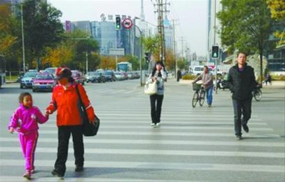 昨日,科学宫对面路口的信号被延长至16秒6,过往行人纷纷表示,再也不用短跑冲刺了,终于可以走着过去了 主任记者 王志东 摄