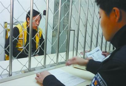 昨日上午10时许,在沈阳市铁西区看守所内,15年前利用虚假产权、土地使用证明诈骗1千万元的王振萍被抓获提审。 记者 王迪 摄