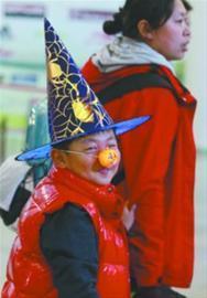 不少年轻人和孩子用个性装扮和表演来度过万圣节 记者 姜旭摄