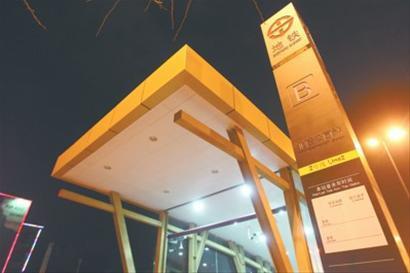 在沈阳地铁二号线北陵公园站B出入口旁,设计为方形立柱的全新站牌已经设置在靠近马路一侧 记者 吴怀宇 摄