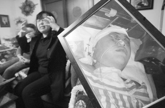 孩子被打死,家长悲痛欲绝 记者马万冬 摄