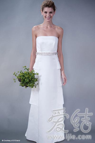 几乎没有装饰的塔裙 只用一条腰带展现华丽