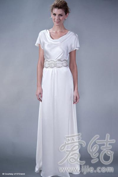 以希腊女神裙为灵感的领线设计