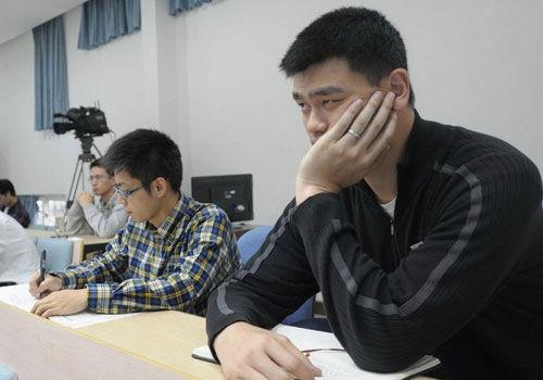 """该同学听课时专心的程度甚至超过了回到课堂的姚明,被网友戏称为""""淡定哥""""。"""