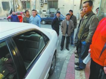 前日夜间,沈阳市铁西区光卫小区内13辆车被砸 记者 王迪 摄
