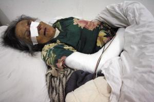 受伤的老太太在医院接受救治