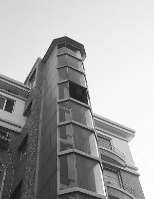 内一座居民楼观光电梯位于高空的整块玻璃幕墙坠落