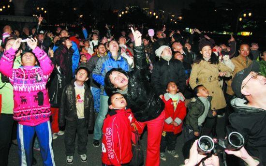 近百名天文爱好者在人民广场西花园内没能一睹天宫一号的风采