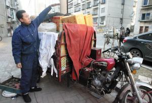 老杨比划着,原来货物有这么高 记者 张瑜 实习生 王萌萌 摄