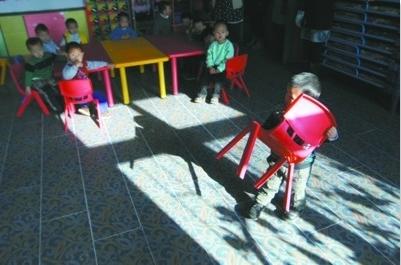 在沈阳市于洪区沙岭中心幼儿园,几个孩子正在做游戏。 记者 时会理 摄