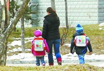 """在沈阳市创意宝宝幼儿园,由于""""校车""""停运,一些家长只能自己接送孩子上下学。 记者 白琳 摄"""