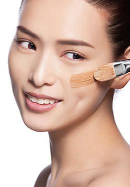 掌握正确的涂抹粉底的彩妆技巧