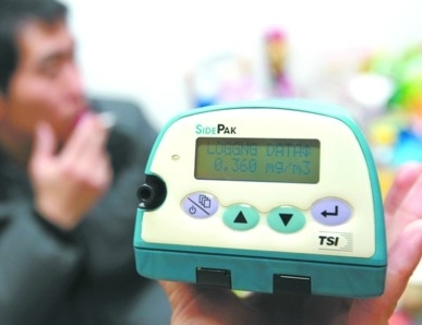 吸了一支烟后,室内PM2.5浓度为92微克/立方米。(显示仪数值正在变化)