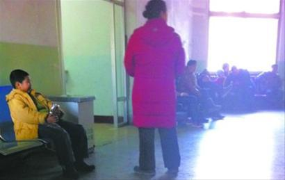 医院输液中心外,家长们焦急地等待着。 记者 曹洋 摄