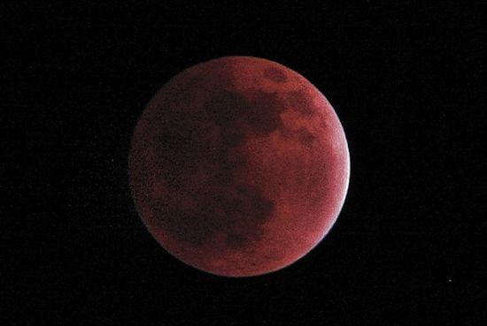 难得一见的红月亮。