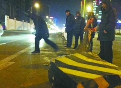 昨日下午5时,在沈阳市兴华街和小北三路路口,被撞倒马路中间的护栏石已经被移回了中心双黄线,经过测量,交警认定护栏石偏离中心护栏一米左右。 读者 王先生供图