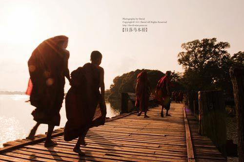 僧侣桥上过