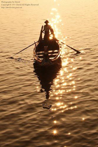 船荡漾湖面