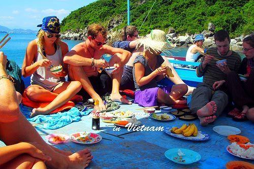 在船顶享受越南风味的午餐