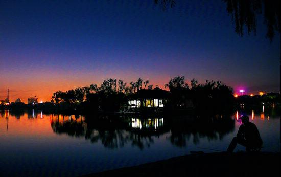 大明湖流光溢彩的夜色