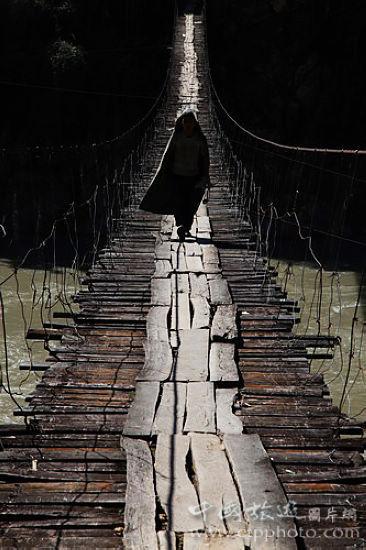 怒江上的铁索桥,古老而简朴,帶几分神秘(谢光辉摄)