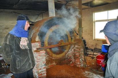 老板曹某用部分自制的土机器,兜售烟丝20余吨,涉案37万余元。 警方供图