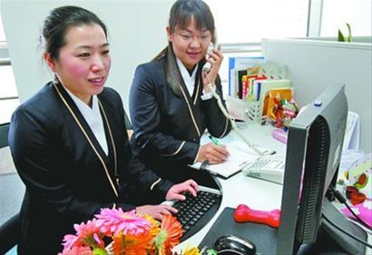 昨日,中国南方航空公司北方分公司航线管理处市场销售部副经理牛辉、机票售票处值班经理张静做客本报春运热线 记者 王迪 摄
