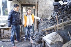犯罪嫌疑人刘某(右)指认现场 记者 程喜刚 摄
