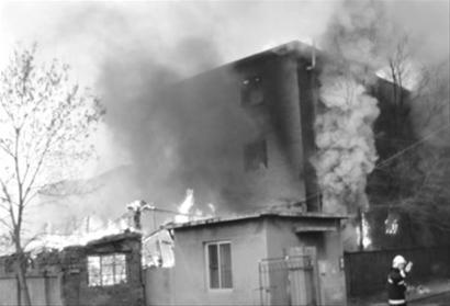 昨日这场火灾过火面积约300平方米,造成2人死亡。 读者邴先生 供图