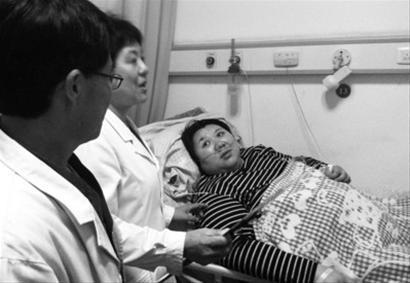 """""""现在感觉轻松多了。""""躺在病床上的于女士说,等出院后,要好好照顾孩子,同时也要努力减肥。 记者 韩涛 摄"""