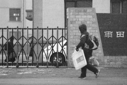昨早6时30分,天还未放亮,在沈阳市雨田实验中学西校区的门口,便陆续地有九年级的学生带着行李走入校园。