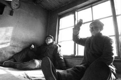 东柳村村民77岁的王永海(右)和88岁的马凯正聊着地震,还不知道震源就在本村。 本版图片由记者 姜旭 摄