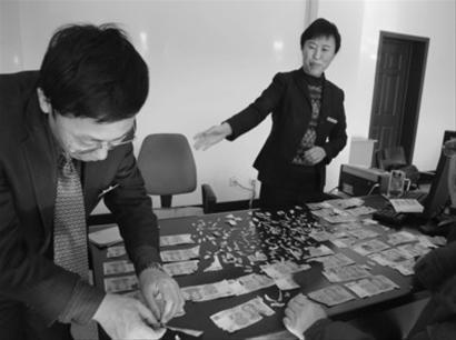 银行工作人员拼凑了两天,最后拼出了8100元钱。 记者 韩涛 摄