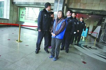 庭审完毕,被告陆续被法警押出。记者 马万冬 摄