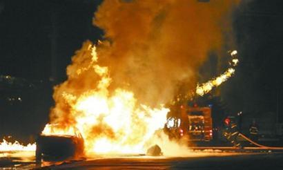 沈阳开发大路和十三号街交会处,地面突然蹿出高约2米,蔓延10余米长的火焰。 记者 于岛 摄