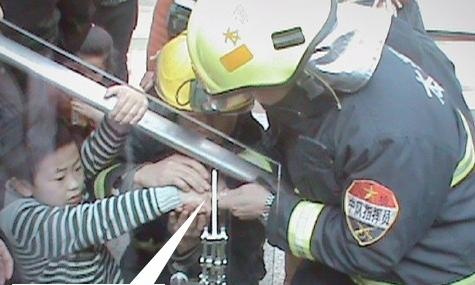 消防员小心翼翼帮助女孩拔出手纸