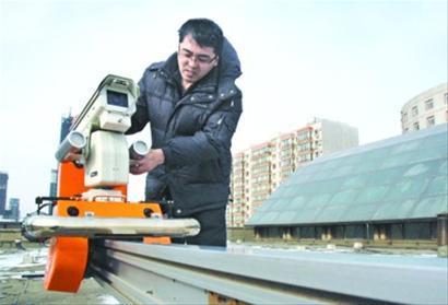 中国首台轨道式变电站巡检机器人沈阳造
