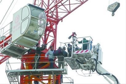 昨日下午,在沈阳市和平区一处工地上,消防队员升云梯车,紧急救援。 记者 白琳 摄