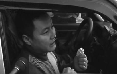17岁高中生持刀抢劫的哥,刘师傅在同行和路人帮助下将抢劫者制服。 视频截图