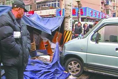 昨日,一辆无人驾驶的微型车撞翻水果摊,一名行人被撞倒受伤。 读者供图