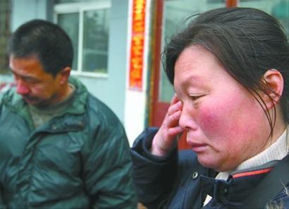 两夫妻只要说起家中患有白血病的女儿还等着钱看病就急的直哭。 记者 于岛 摄