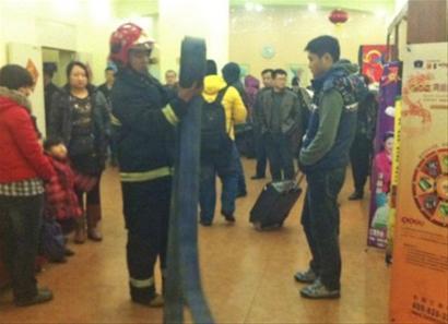 沈阳和平北大街如家快捷酒店15楼的一间会议室起火。 记者 查金辉 摄