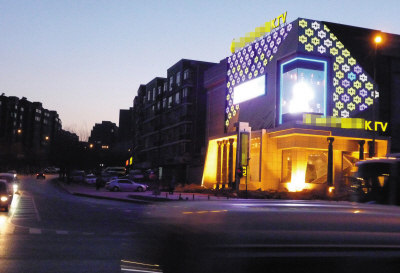 这么大的LED屏如果整晚不停地亮着,周围居民怎能睡好。记者 张瑜 摄